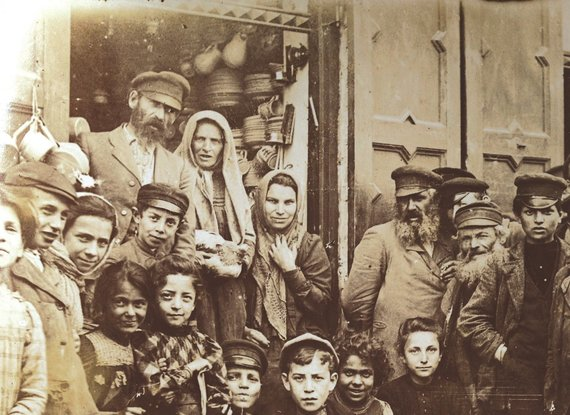 Kėdainių žydai prie puodžiaus krautuvės. XIX a. pab.–XX a. pr. Wernerio Poensgeno archyvas
