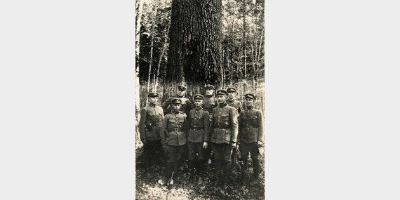 Lietuvos respublikos kareiviai prie ąžuolo