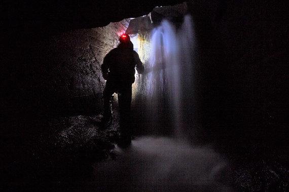 Kristupo ARMONAIČIO nuotr./Tyrinėjant Malūno tvenkinio pralaidą teko keliauti visiškoje tamsoje ir susidurti net su požeminiu kriokliu