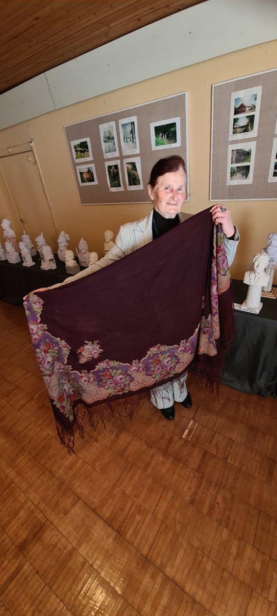 Jūratės Mičiulienės nuotr. /M. B. Navakauskienė didžiuojasi muziejuje saugoma Maironio iš Sankt Peterburgo tėvų ūkio tarnaitei parvežta skara