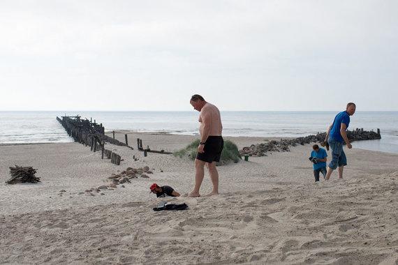 Vitos JUREVIČIENĖS/Vakarų ekspreso nuotr./Žmonės čia smėlyje randa mažų gintaro gabalėlių