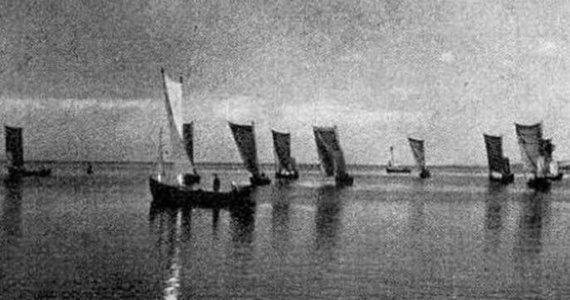 """XIX a. pabaigoje - XX a. pradžioje iš įvairių pakrantės gyvenviečių pradėjo rinktis Kuršių marių žvejai su savo ąžuolinėmis ir pušinėmis burvaltės į bendrus (su)plaukimus ir regatas - varžytuves po burėmis. Reprodukcija iš laikraščio """"Das Ostpreussenblatt"""")"""
