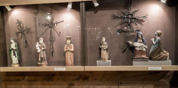 Ramūno Guigos nuotr./Atstatytame ūkiniame pastate eksponuojami liaudies meistrų kryždirbių darbai