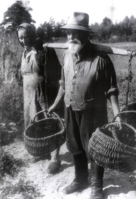 Bernardo ALEKNAVIČIAUS nuotr./Augustas ir Marija Šarkai išsiruošia į bulviakasį. 1971 m.