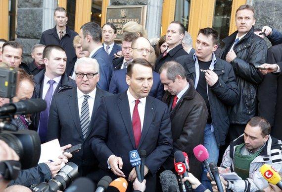"""AFP/""""Scanpix"""" nuotr./Lenkijos užsienio reikalų ministras Radoslawas Sikorskis Kijeve"""