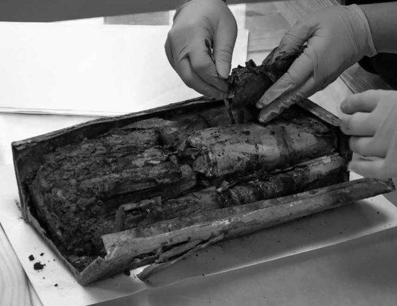Eugenijaus Peikštenio nuotrauka/Daugėliškių miške rastas Maironio rinktinės Birutės tėvūnijos archyvas. 2014 m.