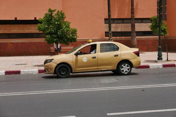 """Rasos Barčaitės, """"Blondinė Maroke"""" nuotr./Naujieji Marakešo taksi automobiliai. Senuosius, matomus viršutinėje nuotraukoje, jau retai bepamatysi Marakešo gatvėse"""