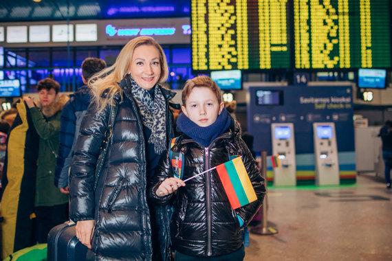 Martyno Zarembos nuotr./Vykstantys atostogauti į lagaminus pakuoja trispalves