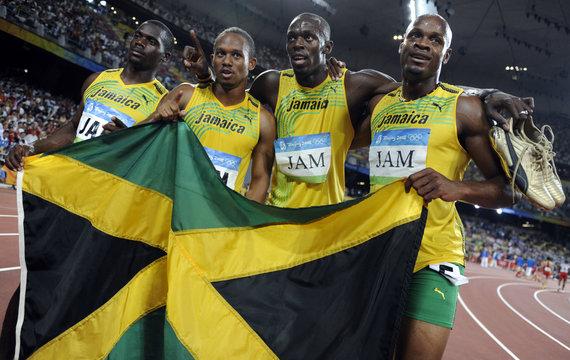 """""""Reuters""""/""""Scanpix"""" nuotr./Jamaikos sprinterių komanda po pergalės Pekino žaidynėse"""