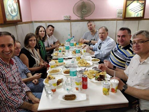 L.Barilos asmeninio archyvo nuotr. / Viena iš vakarienių Indijoje. Dešinėje eilėje R.Lošys (prie sienos) ir G.Kazakevičius.