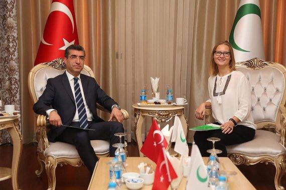 """Vaidos Liutkutės nuotr./Nacionalinės tabako ir alkoholio kontrolės koalicijos sutartis su Turkijos """"Green crescent"""" organizacija. Vaida Liutkutė dešinėje."""