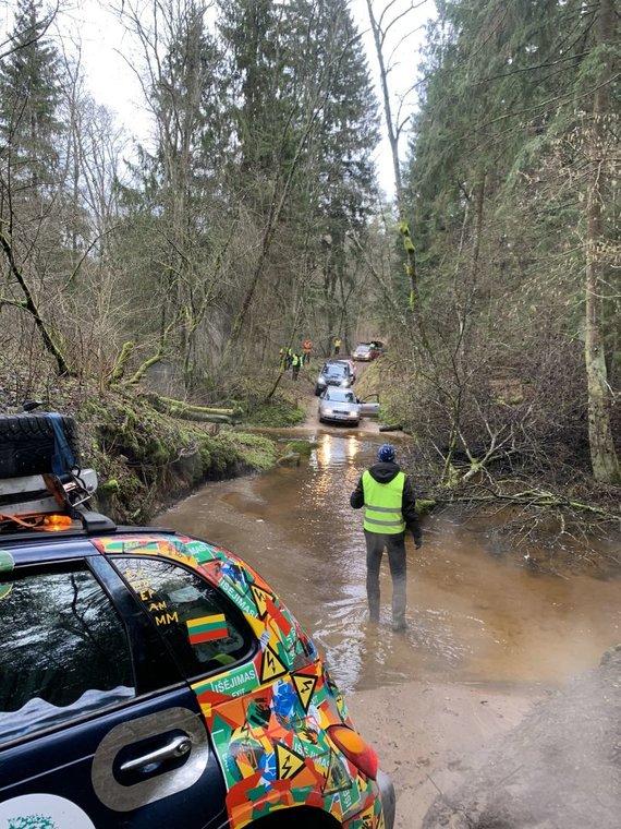 H.Varnienės nuotr./Automobiliai ruošiasi persikelti per Veržuvos upelį