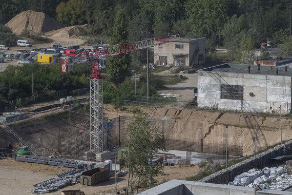 Roko Lukoševičiaus / 15min nuotr./Šalia statybų – šiukšlių maišai (dešinėje)