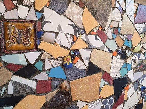 Asmeninio archyvo nuotr. /Menininkė Dalia Kirkutienė laimingomis šukėmis išpuošė terasos sieną