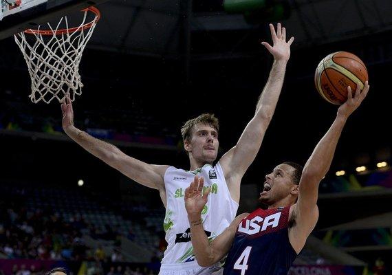 """""""Reuters""""/""""Scanpix"""" nuotr./JAV žaidėjas Stephenas Curry prieš slovėną Zoraną Dragičių"""
