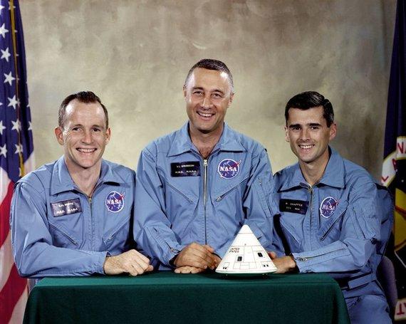 """NASA nuotr./""""Apollo 1 įgulos nariai, žuvę per 1967-ųjų katastrofą. Gusas Grissomas, turėjęs tapti pirmuoju žmogumi, išsilaipinusiu Mėnulyje - viduryje"""