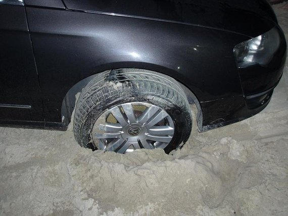VSAT nuotr. / Išsimaudyti sugalvoję trys rusai į Smiltynės paplūdimį veržėsi  su visa mašina