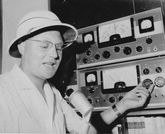 Padre Bendoraitis prie trumpųjų bangų radijo stotelės/ iš asmeninio A. Bendoraičio archyvo