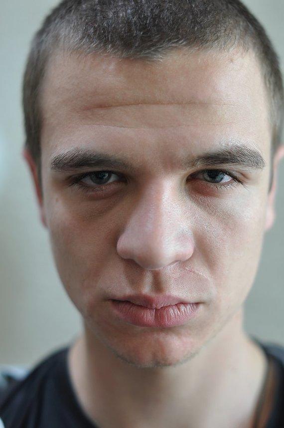 N. Medutytės nuotr./19 m. Ukrainos karys Viktoras Mazur galvojo, kad apvirtus karinei mašinai ir prispaudus ranką jis mirs vienumoje nesulaukęs pagalbos. Ranką vaikinas sunkiai valdo iki šiol