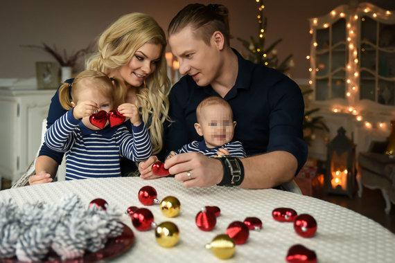 Barboros fotostudijos nuotr./Justinas Lapatinskas su žmona Migle ir dukromis