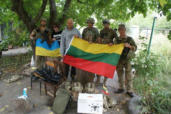 Asmeninė nuotr./J.Ohmanas pozuoja su Ukrainos kariais ir partneriais iš Zaporožės
