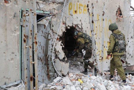 """AFP/""""Scanpix"""" nuotr./Prorusiški teroristai prie Donecko oro uoste."""