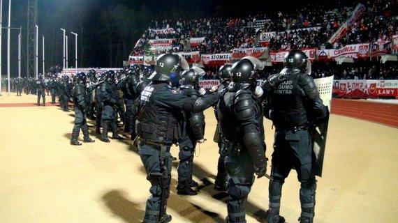 VST nuotr./Pareigūnams raminti įsiaudrinusius futbolo gerbėjus