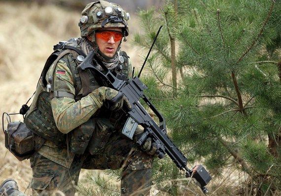 """AFP/""""Scanpix"""" nuotr./Automatinis šautuvas G-36 vokiečių kario rankose"""