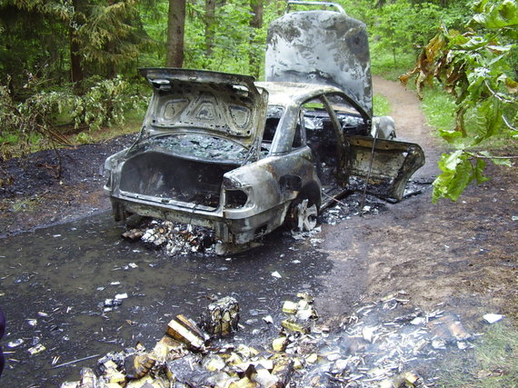 VSAT nuotr./Kontrabandininkų automobilis po avarijos užsiliepsnojo