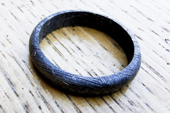 Valdo Kopūsto / 15min nuotr./Iš metalinio meteorito pagamintas žiedas