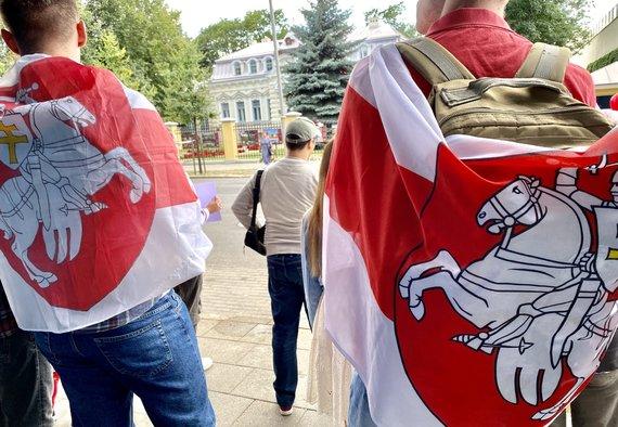 Valdo Kopūsto / 15min nuotr./Susirinkę žmonės prie Baltarusijos ambasados Vilniuje