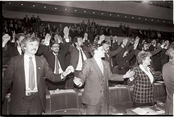 Andriaus Petrulevičiaus nuotr./Istoriniai kadrai iš Aukščiausiosios Tarybos prieš paskelbiant Lietuvos nepriklausomybės atstatymo aktą