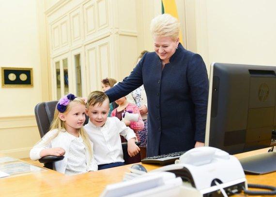 R.Dačkaus nuotr. /2015-07-30 Dalia Grybauskaitė veda ekskursiją Prezidento rūmuose ir aprodo vaikams savo darbo kabinetą