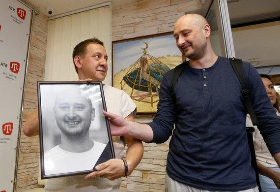 """""""Reuters""""/""""Scanpix"""" nuotr./A.Babčenka demonstruoja savo laidotuvių nuotrauką"""