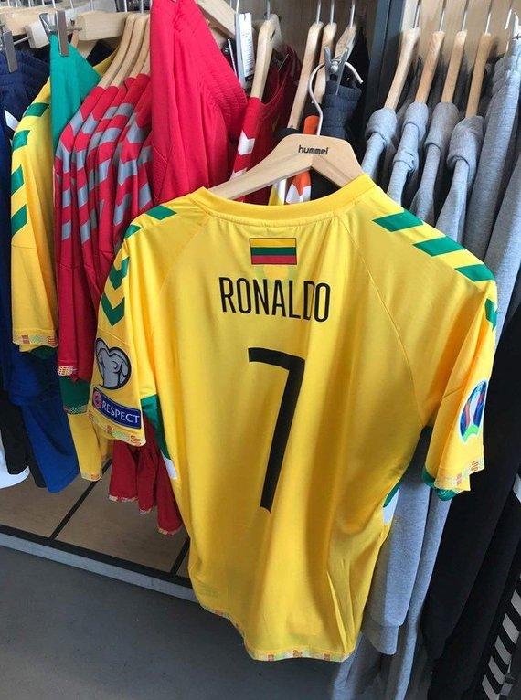 """Sveiks Valio nuotr./Ronaldo marškinėliai """"Hummel"""" parduotuvėje Kaune"""