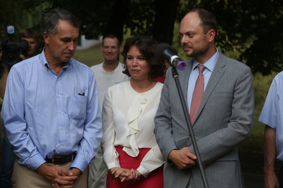 Vidmanto Balkūno / 15min nuotr./Petras Auštrevičius, Žana Nemcova ir Vladimiras Kara-Murza