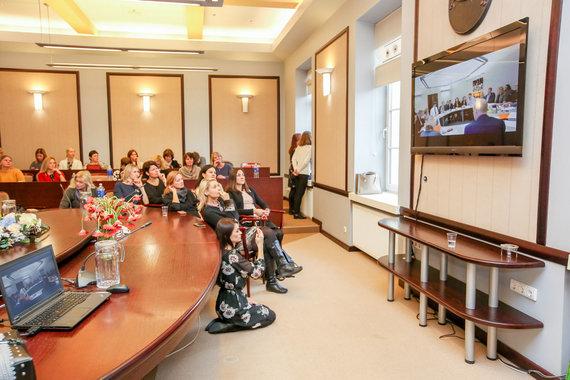 Vidmanto Balkūno / 15min nuotr./Mokytojai stebi derybas tiesioginės transliacijos metu