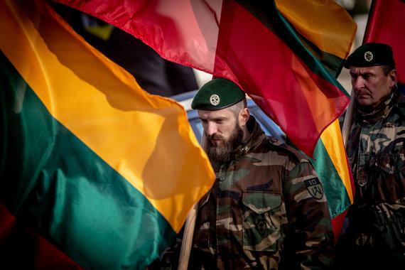 Vidmanto Balkūno / 15min nuotr./Šauliai Vilniaus S.Daukanto aikštėje per vėliavų pakėlimo ceremoniją