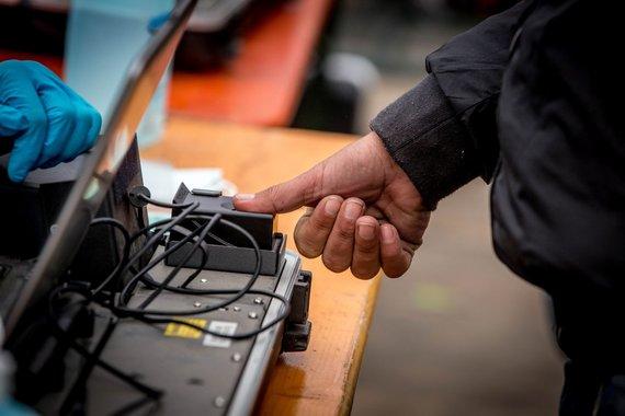 2015 m, Vidmanto Balkūno / 15min nuotr./Migrantų pirštų atspaudai įvedami į tarptautinę duomenų bazę Vokietijoje.