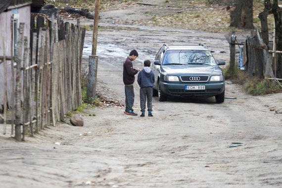 Justinos Butkutės nuotr. /Energetikos inspekcijos darbuotojai tikrino Kirtimų taboro elektros instaliaciją