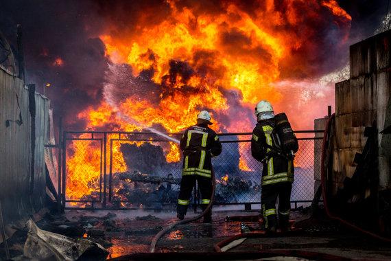 Vidmanto Balkūno / 15min nuotr./Ugniagesiai gesina gaisrą