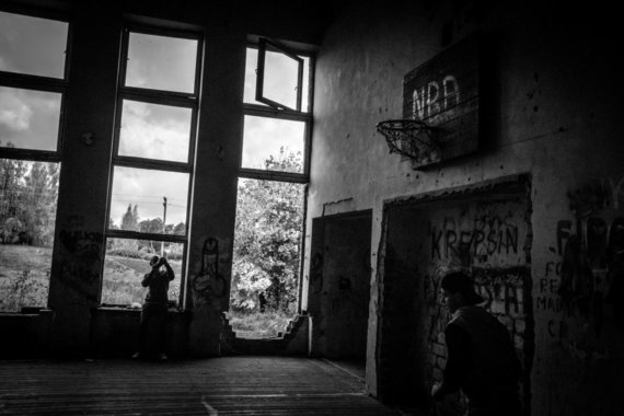 Vidmanto Balkūno nuotr. /Kultūros namų griuvėsiuose jaunimas įsirengė krepšinio aikštelę