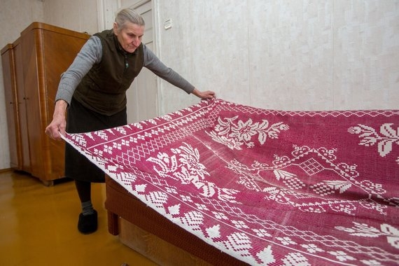 Vidmano Balkūno/15min nuotr./Ponia Irena rodo savo su sese austas lovatieses