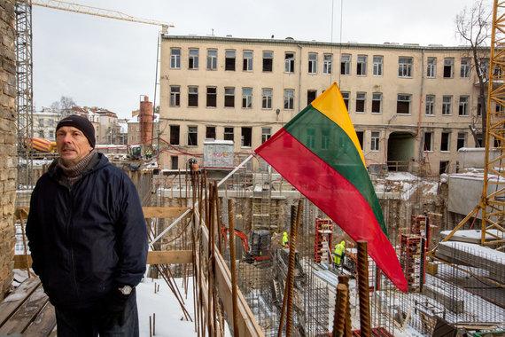 Vidmanto Balkūno / 15min nuotr./Dainavos gatvės gyventojų namų sienos skylinėja nuo šalia vykstančių statybų