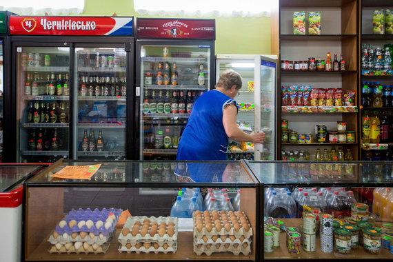 Vidmanto Balkūno / 15min nuotr./Alkoholio skyrius Ukrainos priešakinėse linijose esančioje kaimo parduotuvėje