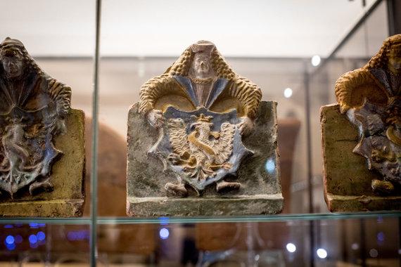 Vidmanto Balkūno / 15min nuotr./Valdovų rūmuose rastas koklis su Žygimanto Senojo herbu.