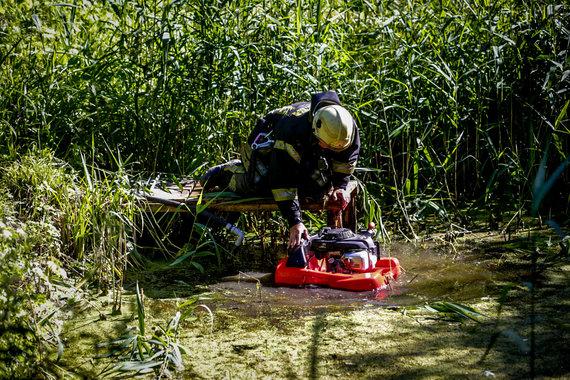 Vidmanto Balkūno / 15min nuotr./IUgniagesys ruošia įrangą semti vandenį iš tvenkinio