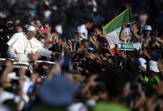 """AFP/""""Scanpix"""" nuotr./Popiežius susitiko su Italijos jaunimu Romoje"""