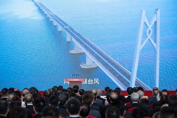 """AFP/""""Scanpix"""" nuotr./Kinija atidarė 55 km ilgio tiltą"""