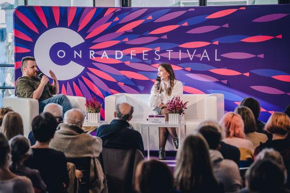 Asmeninio archyvo nuotr./Conrado festivalio renginyje Kristiną Sabaliauskaitę kalbino Ziemowito Szczereko